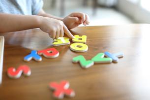 アルファベットのパズルをする女の子の写真素材 [FYI01795992]
