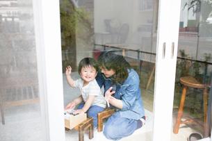 日当たりの良いリビングルームで遊ぶ親子の写真素材 [FYI01796002]