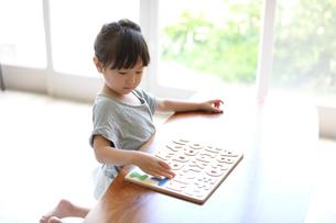 アルファベットのパズルをする女の子の写真素材 [FYI01796048]