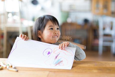 お絵描きをする子供の写真素材 [FYI01796050]