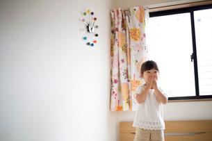 子供部屋で遊ぶ女の子の写真素材 [FYI01796104]