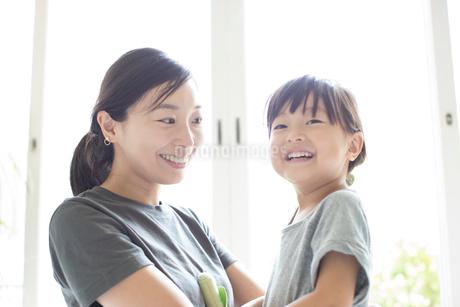 母親と女の子の写真素材 [FYI01796105]