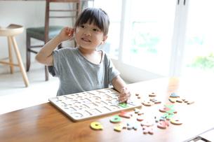 アルファベットのパズルで遊ぶ女の子の写真素材 [FYI01796115]