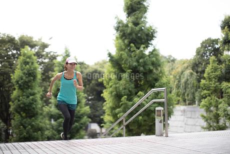 階段を駆け上るジョギング中の女性の写真素材 [FYI01796124]