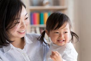 子供を抱く母親の写真素材 [FYI01796132]
