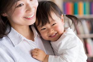 母親に抱かれる子供の写真素材 [FYI01796134]