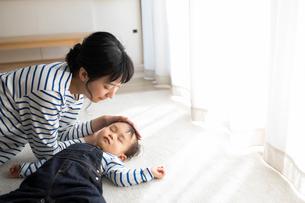 赤ちゃんに添い寝をする母親の写真素材 [FYI01796136]