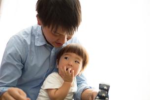 幼児に靴下をはかせる父親の写真素材 [FYI01796141]