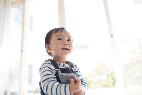 スマホをいじる赤ちゃんの写真素材 [FYI01796185]