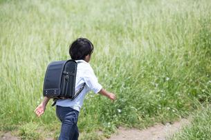 ランドセルを背負って歩く男の子の写真素材 [FYI01796191]