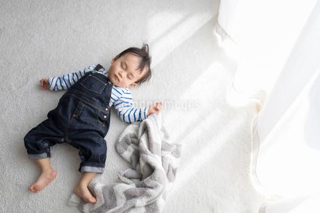 リビングルームで昼寝をする赤ちゃんの写真素材 [FYI01796215]