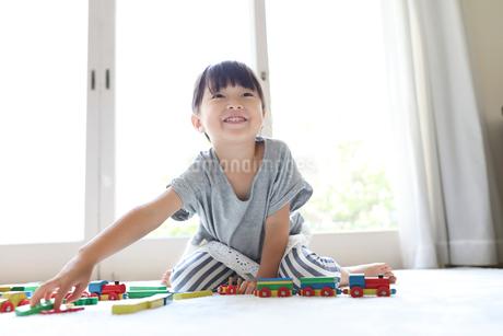 リビングで遊ぶ女の子の写真素材 [FYI01796232]