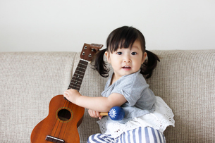 楽器で遊ぶ小さな女の子の写真素材 [FYI01796270]