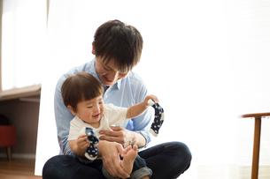 幼児に靴下をはかせる父親の写真素材 [FYI01796273]