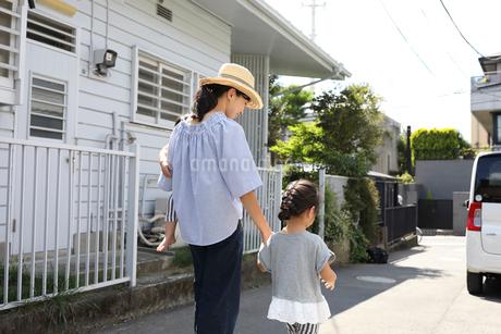 お出かけする母親と姉妹の写真素材 [FYI01796282]