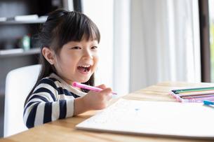 スケッチブックに絵を描いている女の子の写真素材 [FYI01796288]