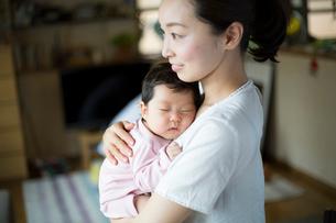 母親に抱かれて眠る赤ちゃんの写真素材 [FYI01796317]