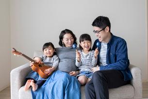 ソファーでくつろぐ家族の写真素材 [FYI01796340]