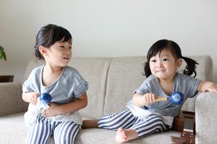 マラカスを持って遊ぶ小さな姉妹の写真素材 [FYI01796341]