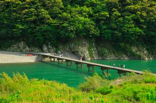四万十川 岩間沈下橋の写真素材 [FYI01796342]