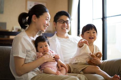 リビングくつろぐ家族の写真素材 [FYI01796387]