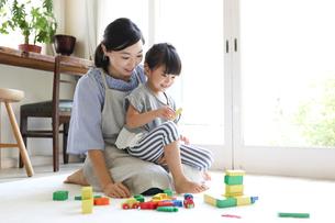 リビングで遊ぶ母親と娘の写真素材 [FYI01796390]