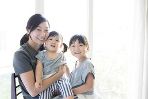 母親と二人の娘の写真素材 [FYI01796441]