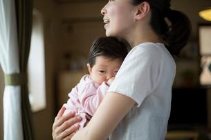 赤ちゃんを抱く母親の写真素材 [FYI01796451]