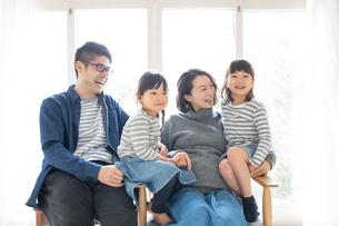 団らんする家族の写真素材 [FYI01796459]