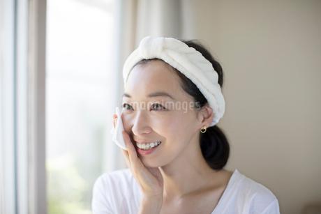 スキンケアをする女性の写真素材 [FYI01796484]