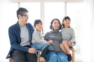 団らんする家族の写真素材 [FYI01796509]