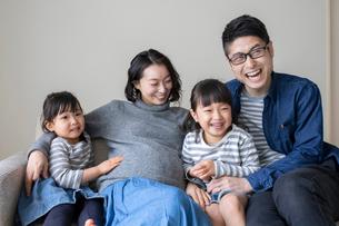 ソファーで団らんする家族の写真素材 [FYI01796530]