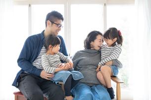 団らんする家族の写真素材 [FYI01796539]