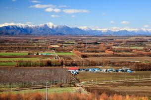 秋の十勝平野と日高山脈の写真素材 [FYI01796553]