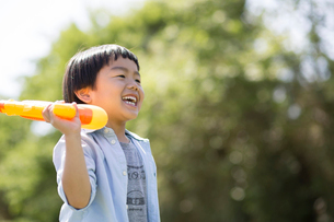 水鉄砲を持つ男の子の写真素材 [FYI01796569]
