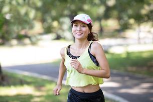 ジョギングする女性の写真素材 [FYI01796573]