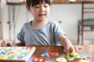 アルファベットのパズルする女の子の写真素材 [FYI01796586]