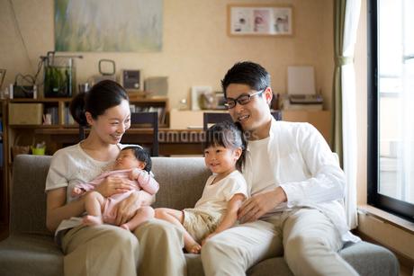 リビングくつろぐ家族の写真素材 [FYI01796600]