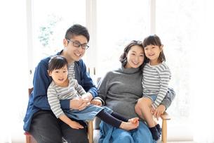団らんする家族の写真素材 [FYI01796618]
