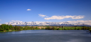 残雪残る十勝岳連峰と水沢ダムの写真素材 [FYI01796625]