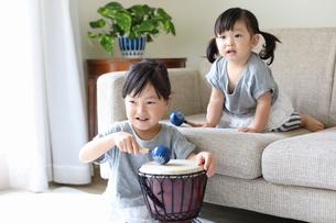 マラカスと太鼓で遊ぶ小さな姉妹の写真素材 [FYI01796633]