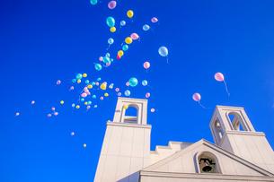 教会から打ち上げられた風船の写真素材 [FYI01796655]