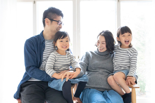 団らんする家族の写真素材 [FYI01796659]