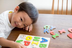 英語のパズルで遊ぶ男の子の写真素材 [FYI01796665]
