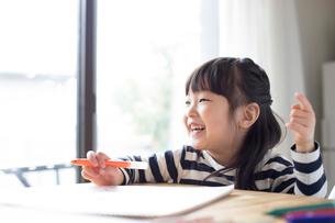 スケッチブックに絵を描いている女の子の写真素材 [FYI01796678]
