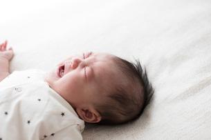 泣いている赤ちゃんの写真素材 [FYI01796691]