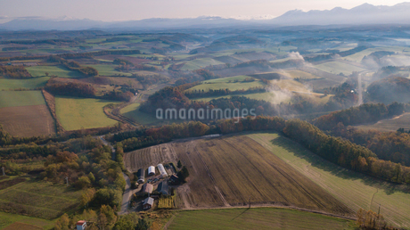 雲海の晴れ間からの丘の連なりの写真素材 [FYI01796702]