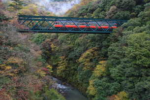 出山の鉄橋を渡る箱根登山鉄道の写真素材 [FYI01796755]