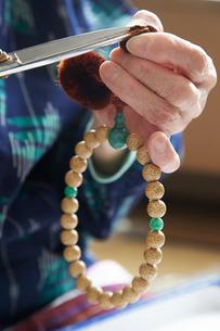 数珠職人の手元の写真素材 [FYI01796756]