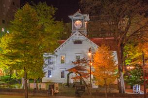 街路樹の黄葉輝く札幌市時計台の写真素材 [FYI01796816]